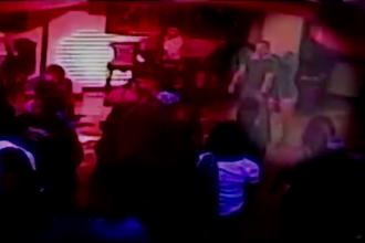 Momentul în care o tânără a sugrumat, printr-o manevră de autoapărare, un bodyguard într-un club