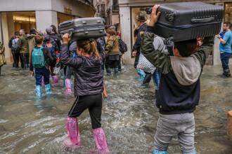 Turiștii, luați prin surprindere de inundațiile din Veneția
