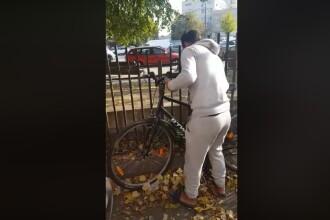 """Un tânăr l-a filmat pe hoțul care voia să îi fure bicicleta. """"Ce faci?"""" VIDEO"""