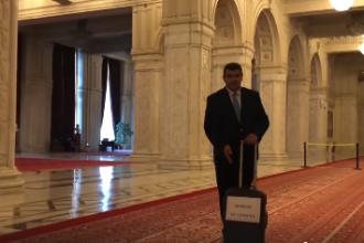 """Președintele PMP: """"A apărut o nouă valiză. De data aceasta, în Parlament"""""""