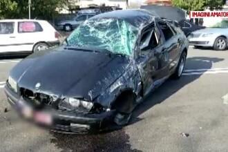 Un tânăr de 22 de ani a murit pe loc după ce s-a rostogolit cu mașina. A fost aruncat prin parbriz