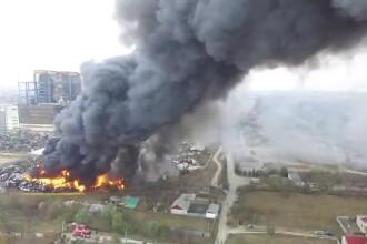 Incendiu uriaş, lângă Craiova. Ce a declanșat focul la depozitul de mașini