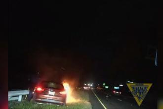 Șofer salvat în ultima clipă de polițiști, după ce mașina i-a luat foc