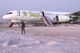Aterizare de urgență a unui avion cu 126 de oameni la bord. Pasagerii au fost evacuați pe tobogane