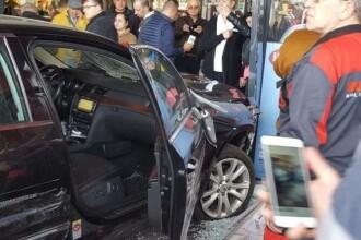 Un bărbat a intrat cu mașina în mulțime în parcarea unui mall din Brăila. Suspectul a înjunghiat o persoană