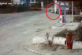 Momentul în care tânărul recidivist din Brăila lovește în plin doi oameni cu mașina, filmat de camere. VIDEO