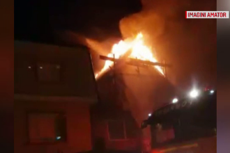 Vilă din Oradea distrusă de flăcări. Locatarii au fost salvați la timp de un vecin
