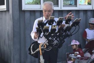 """Un bărbat din Taiwan prinde """"pokemoni"""" cu 15 telefoane instalate pe bicicletă. Imaginile au devenit virale"""