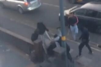 Imagini terifiante în Birmingham. Un bărbat a fost atacat pe stradă de mai mulți agresori