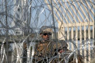 Armata SUA a ridicat garduri şi baricade la graniţa cu Mexicul.