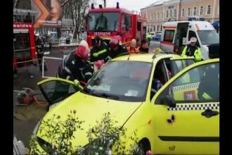 Taximetrist din Neamţ, rămas prizonier în propria maşină. Ce greşeală a făcut