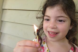 Provocarea periculoasă care îi face pe copii să își dea foc. Ce a pățit o fată de 12 ani