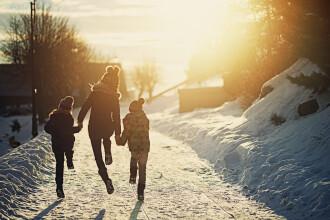 Primele școli închise din cauza ninsorii. Elevii nu vor merge nici marți la ore