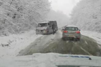 Valul de frig a provocat două decese și haos în trafic. Vremea rea se menține în 13 județe