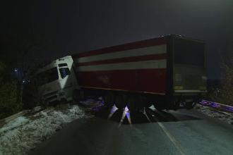 Un TIR a rămas suspendat pe Podul din Măgurele, din cauza poleiului