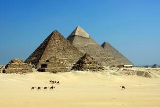 Scandal în Egipt. Cum s-au pozat doi tineri pe Marea Piramidă. VIDEO