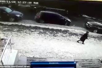IMAGINI ŞOCANTE! Momentul în care o femeie este strivită de o bucată de gheaţă, în centrul oraşului
