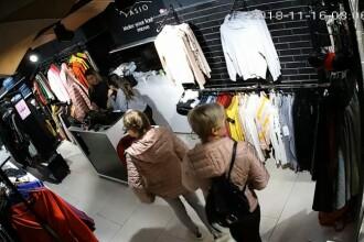Femeie filmată în timp ce fură haine dintr-un magazin din Timișoara, însoțită de fiica ei