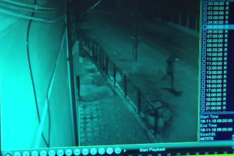 """Doi tineri din Dâmbovița au vrut să spargă un bancomat cu ciocanul. """"Am fost puțin beat"""""""
