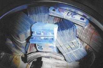 Sumă uriașă de bani găsită în mașina de spălat a unui tânăr. Ce a urmat