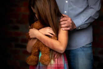 Fetiță de 7 ani, violată în baia unei săli de dans de un bărbat în vârstă de 54 de ani. Întreaga scenă a fost filmată