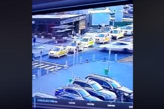 Accident în parcarea unui mall din București. Un șofer a intrat în plin în două TAXI-uri. VIDEO