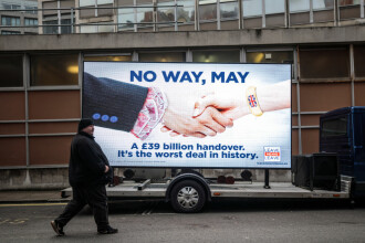 Theresa May, presată să demisioneze pentru acceptarea acordului de Brexit