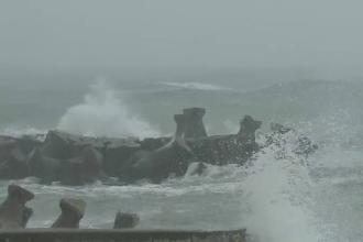 Furtună la malul mării. Autorităţile au decis să închidă toate porturile maritime din cauza vântului puternic