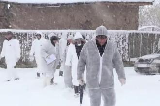"""Inspectorii s-au întors în Rusănești, Olt. Localnici: """"Voi staţi la căldură, noi stăm ca proştii"""""""