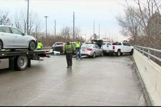 Carambol cu 30 de mașini, din cauza drumului acoperit cu gheață. Șase persoane au fost rănite