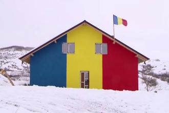 Case pentru orfani vopsite în culorile tricolorului, construite de un preot, în Iași