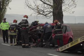 Un pasager a murit pe loc după ce mașina în care se afla a intrat într-un copac