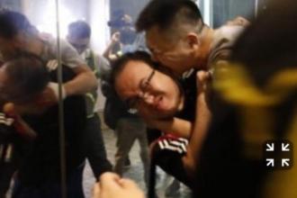 Un bărbat i-a sfâșiat cu dinții urechea unui politician din Hong-Kong. VIDEO șocant