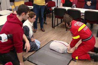 Peste 2500 de elevi din Cluj participă la cursuri de prim ajutor. Ce sunt învățați
