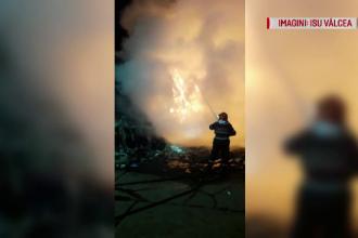 Incendiu uriaș la o stație sortare a deşeurilor din Râmnicu Valcea. VIDEO