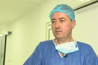 Medicul școlit în Olanda, care operează în București cu ajutorul robotului DaVinci