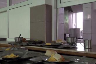 Angajatele unui liceu din Bacău pot ajunge după gratii, după ce au furat din alimentele copiilor