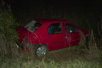 Mașină răsturnată în șanț, după ce șoferul a plecat de la o înmormântare