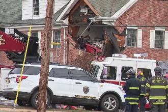 Un bolid de lux a zburat de pe șosea la etajul unei case. Şoferul şi pasagerul, ucişi pe loc