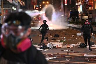 Violențe grave în Hong Kong. Un bărbat a fost incendiat și un altul împușcat