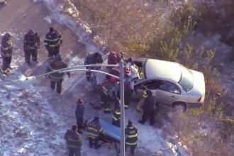 O șoferiță s-a oprit cu mașina pe marginea râpei, din cauza drumului acoperit de gheață
