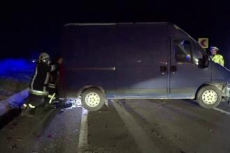 Trei persoane, la un pas de moarte. Șoferul unui microbuz a încercat să evite un câine