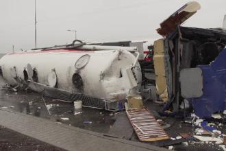 Pericol la Ploiești. O cisternă încărcată cu zeci de tone de carburanţi s-a răsturnat