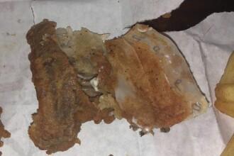 Nu i-a venit sa creada ce a muscat in puiul de la KFC! Experienta incredibila a unui client in restaurant