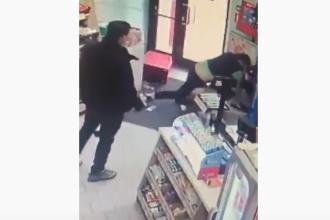 VIDEO șocant cu o angajată din Timișoara care se luptă cu doi hoți. Nimeni nu a intervenit