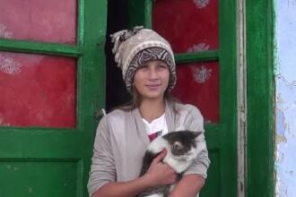 Fata de 11 ani care își îngrijește familia bolnavă și merge și la școală. Care este visul ei