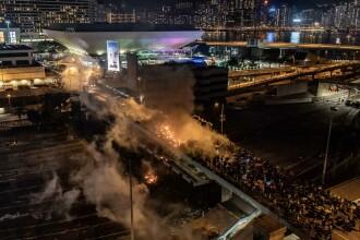 Ciocniri între protestatari și polițiști pe podul Universității Politehnice din Hong Kong