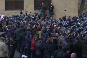 Proteste violente în fața Parlamentului din Georgia. Manifestanții cer alegeri anticipate