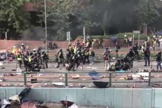 Noi incidente violente în Hong Kong. Sute de protestatari, goniți cu gaze lacrimogene