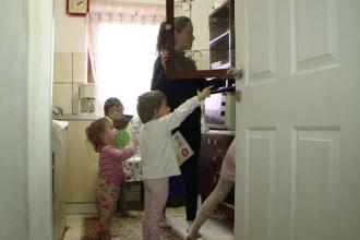 Situaţia tragică a copiiilor din România. 150.000 nu au ce mânca, 350.000 au părinţii plecaţi